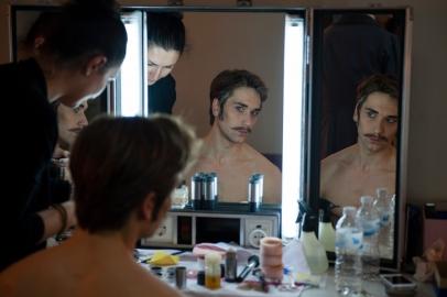 Friedemann Vogel wird von Lola Khourramova für den dritten Akt geschminkt