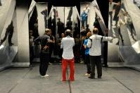 Sidi Larbi Cherkaoui und die Tänzer vor dem Bühnenbild von Willy Cessa, mit dabei: die choreographischen Assistenten Acacia Schachte und Elias Lazaridis und Ballettmeister Thierry Michel