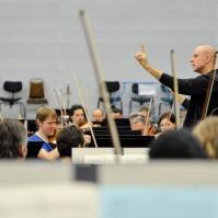 Hier probt unser Musikdirektor James Tuggle mit dem gesamten Orchester