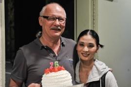 Unser Bühnenoberinspektor Axel Schob feiert heute seinen Geburtstag im Theater. Hier mit Sue Jin Kang, kurz vor der ersten Vorstellung.