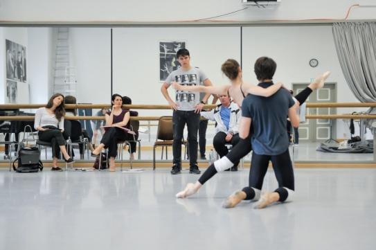 Demis Volpi, ElProben im Ballettsaal: Demis Volpi, Elisa Badenes, David Mooreisa Badenes, David Moore