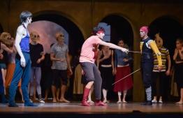 Friedemann Vogel, Martí Fernández Paixà und Jason Reilly: Mercutio wird von Tybalt getroffen.