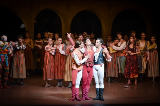 Mercutios Tod: Matteo Miccini als Benvolio, Adhonay Soares als Mercutio, Jason Reilly als Romeo.