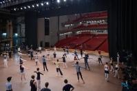 Ballettmeister Marc Ribaud gibt Training auf der Bühne. Im Publikum sitzt Maki Fujita, Absolventin der John Cranko Schule und ehemalige Corps de ballet-Tänzerin, die mit ihren BallettschülerInnen zuschaut und abends in die Vorstellung gehen wird. Wir freuen uns sehr, eine Alumna der Copagnie hier zu begrüßen und hoffen, ein paar der jungen TänzerInnen inspirieren zu können