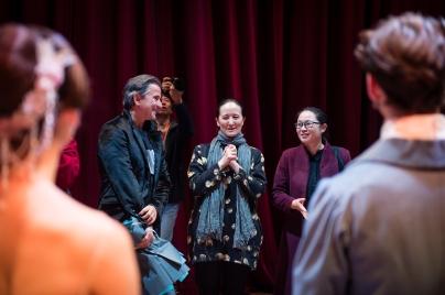 Unsere Gastgeberin Madame Ying Feng, Ballettintendantin des Chinesischen Nationalballetts, gratulierte der Compagnie nach der ersten Vorstellung. Hier mit Ballettintendant Tamas Detrich und Xi Qin